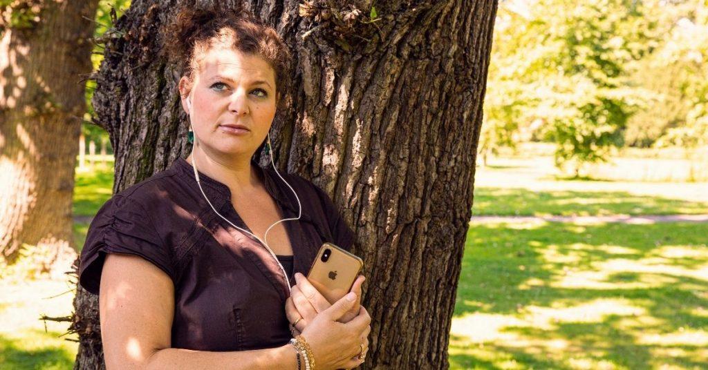 Naomi met oortjes bij de boom