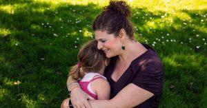 Naomi knuffelt met haar dochter